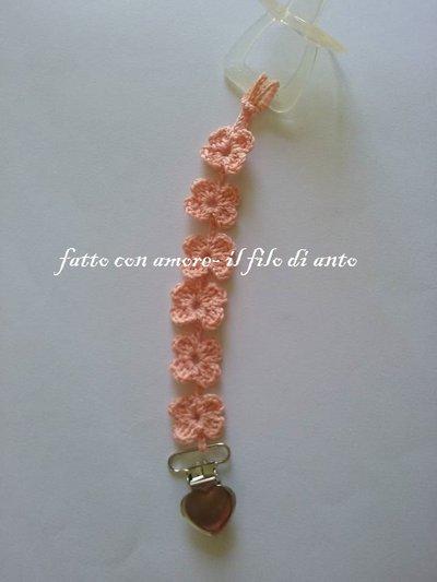Catenella porta ciuccio a fiorellini rosa pesca