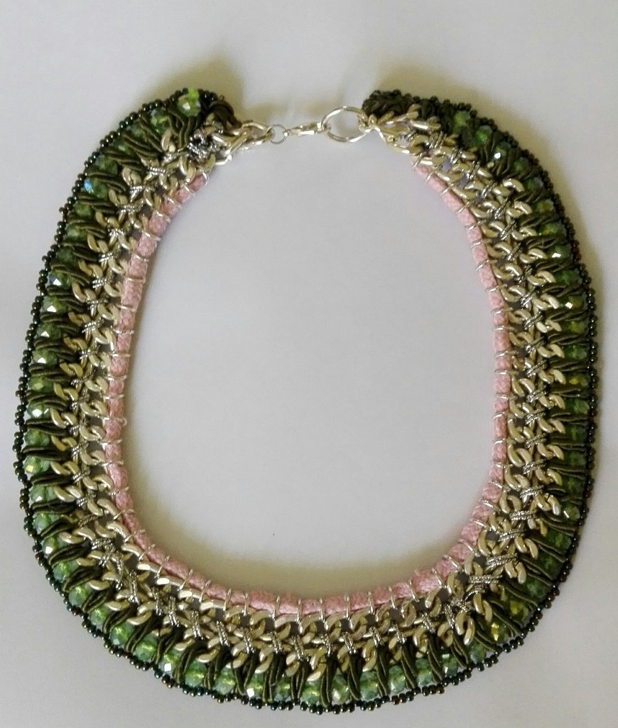 Collana con catene intrecciate con fettucce e perle
