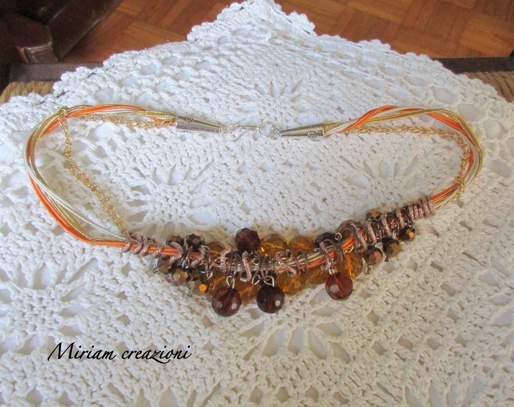 Collana corta con cordini, cristalli, anellini rame sfacettati colori topazio, bronzo, oro.