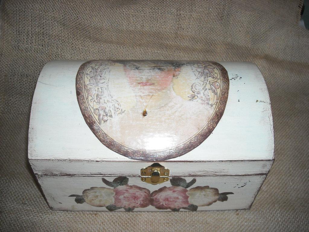 Scatola cofanetto bauletto portagioielli  dipinto effetto vintage  découpage viso di donna