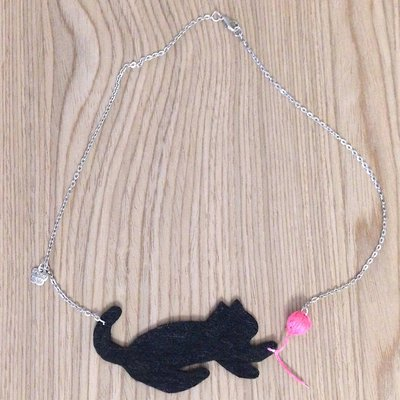 Collana con gatto nero in feltro e gomitolo rosa, fatta a mano