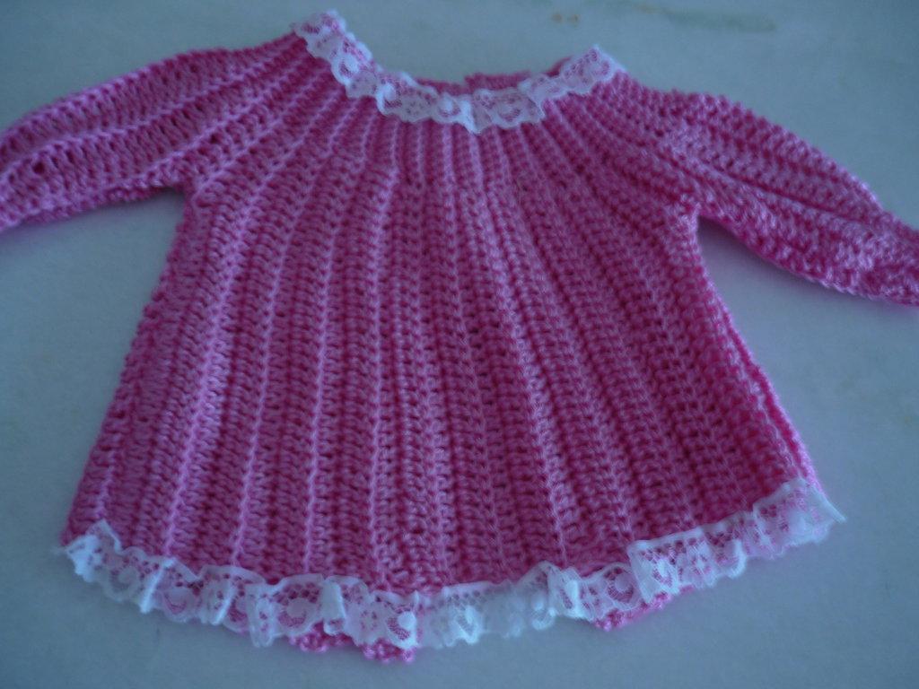 Copri fasce da neonata realizzato in  filo color fucsia con rifinitura di merletto