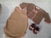 Completino pagliaccetto, coprispalle e scarpette per neonata