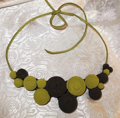 Collana di tesssuto colore verde scuro e lime