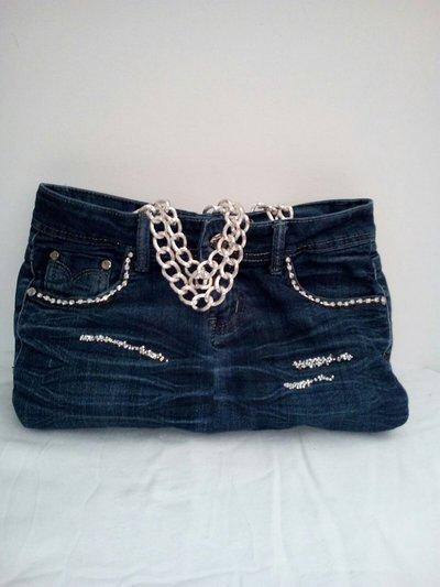 Borsa in jeans con inserti strass e manici catena.