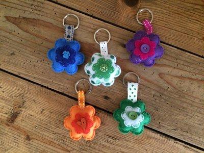 Portachiave a fiore in feltro arricchito da bottoni