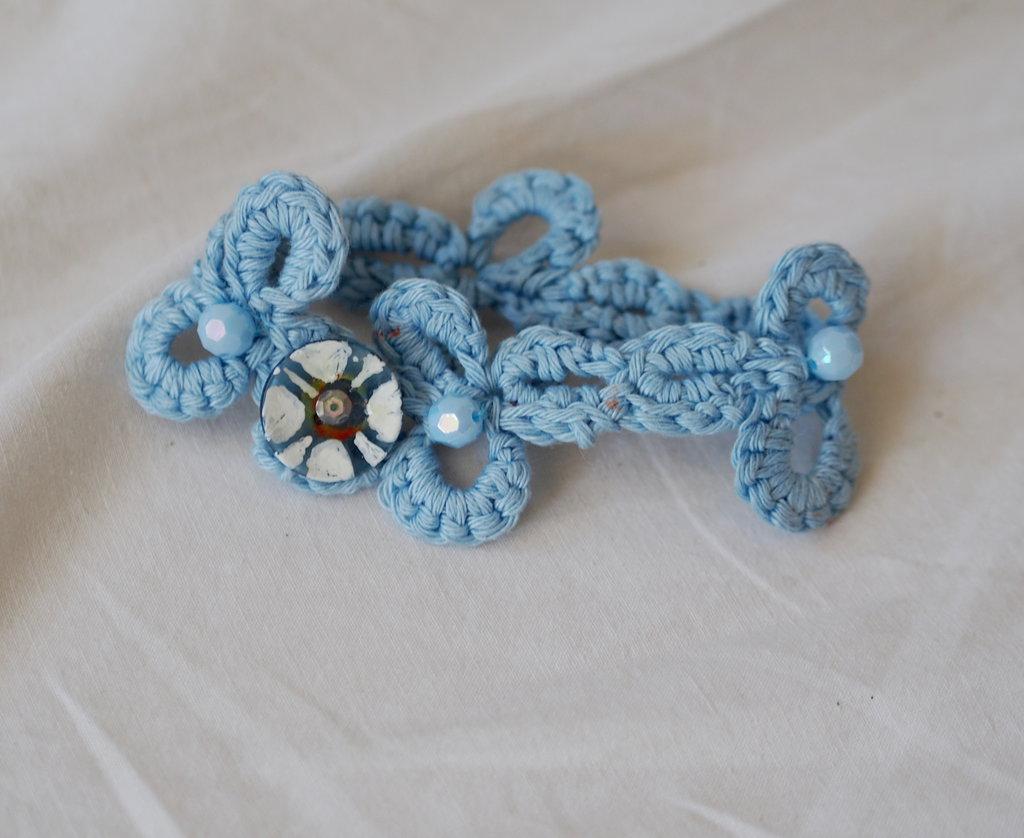 BRACCIALE da donna in cotone azzurro.Uncinetto.Trifogli.Inserite perle in plastica sfaccettate e bottone personalizzato.Accessorio.Gioiello.Regalo,dipinto.