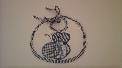 bavaglino tondo in piquet con ricamo in blu