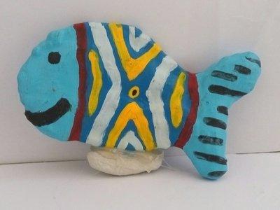 Pesciolino colorato con sasso