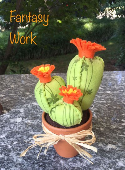 Vaso di terracotta con composizione di tre cactus di feltro