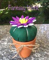 vaso di terracotta con cactus di feltro e fiore bianco e viola