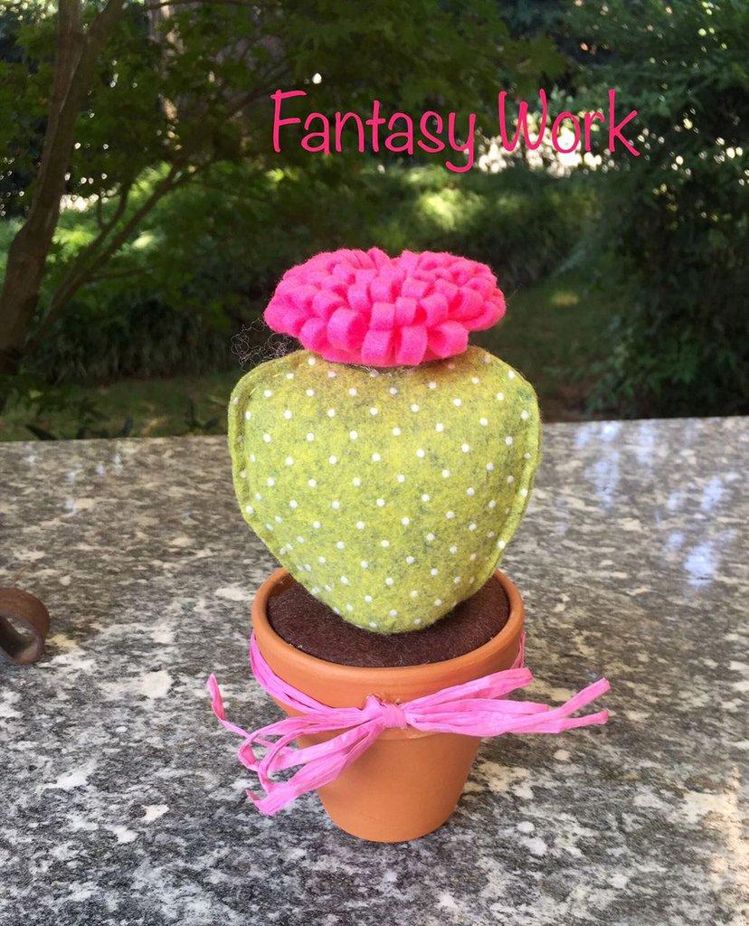 vaso di terracotta con cactus in feltro verde a pois