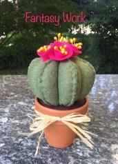 Vaso di terracotta con cactus di feltro con fiori fucsia