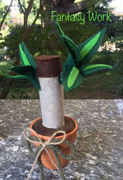 Vaso di terracotta con tronchetto della felicità di feltro