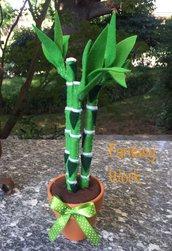 Vaso di terracotta con canne cinesi di feltro