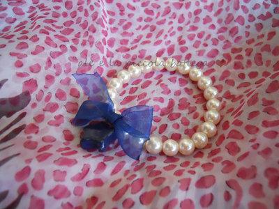 Bracciale con perline bianche e decorazioni