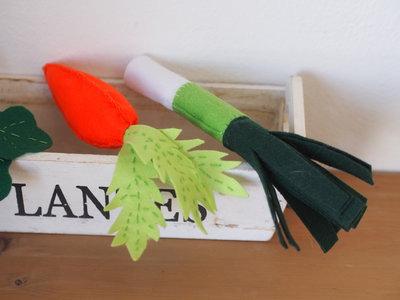 Set 3 pezzi.Verdure in feltro.CAROTA,RAVANELLO,PORRO.Soprammobili per la  cucina,gioco per bambini.Dettagli accurati di ricami,foglie e impunture.