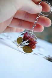 Portachiavi fatto con la resina e fiori veri essiccati