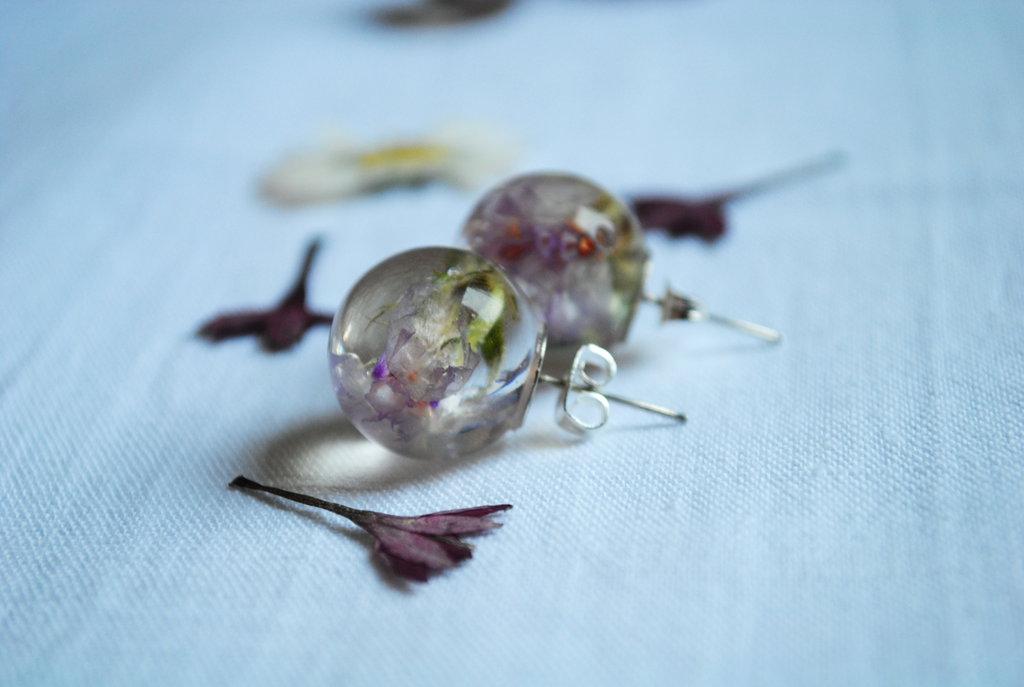 orecchini in resina con fiori veri