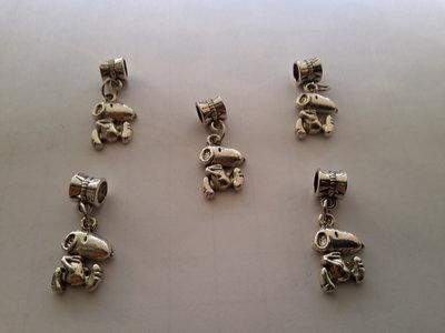 5 ciondoli 'Snoopy' con passante in argento tibetano.