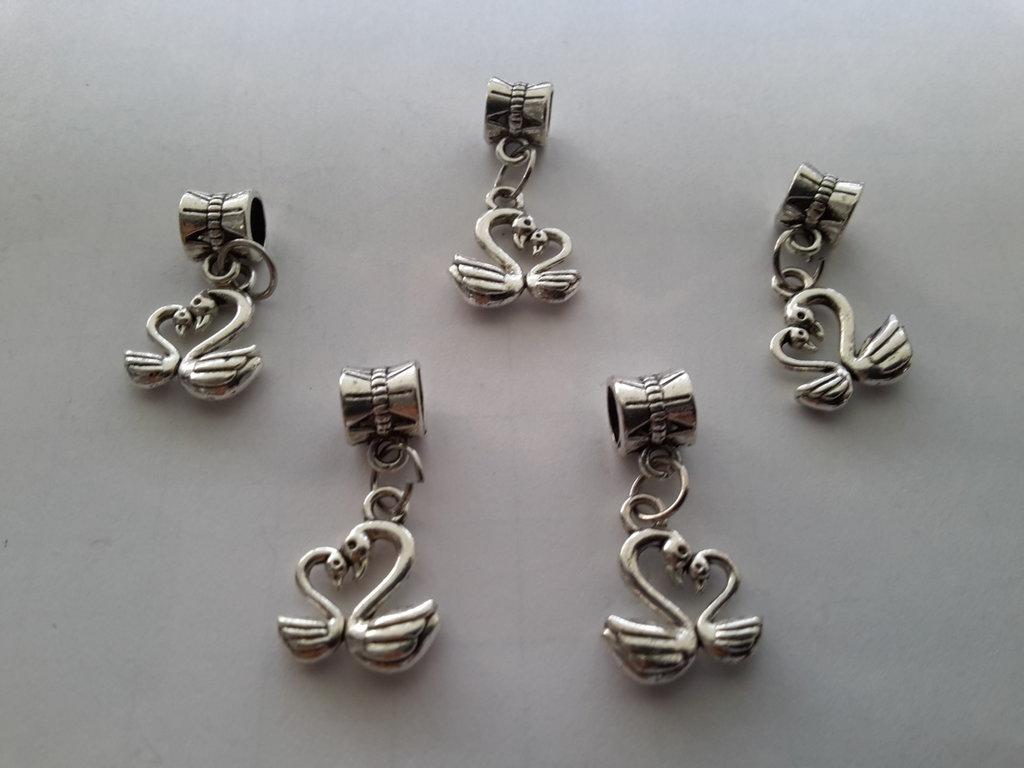 5 ciondoli 'Cigni in coppia' con passante in argento tibetano.