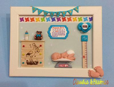 Quadretto nascita neonato realizzato a mano con elementi in fimo, balsa e cartoncino.  Idea regalo personalizzabile.