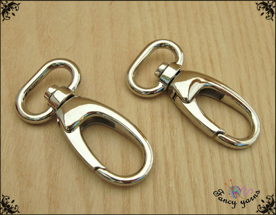 2 Moschettoni in metallo colore argento, lunghi mm. 58, spazio interno mm. 20