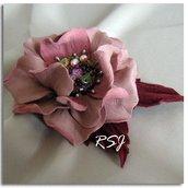 """Spilla - fiore di pelle """"Rosalba""""."""