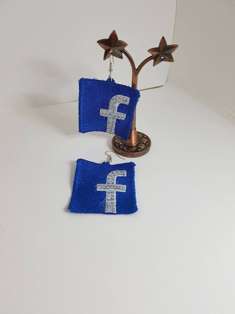 Orecchini in pizzo: Facebook
