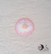 Card Art Battesimo segnaposto bimba etichette tonde smerlate rosa soggetti manine con cuoricino perlescente personalizzabile anche per bimbo