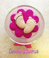 Barattolini con candela decorati con piedini in fimo fatti a mano e confezionati. Ideali come bomboniera.