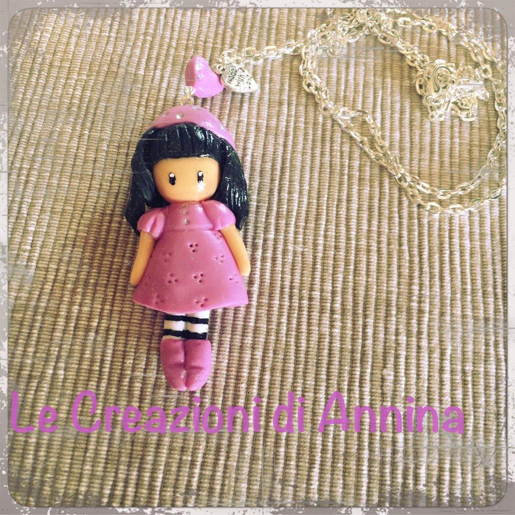 Collana con bambolina (ciclamino con cappello) in pasta di mais ispirata alle Gorjuss