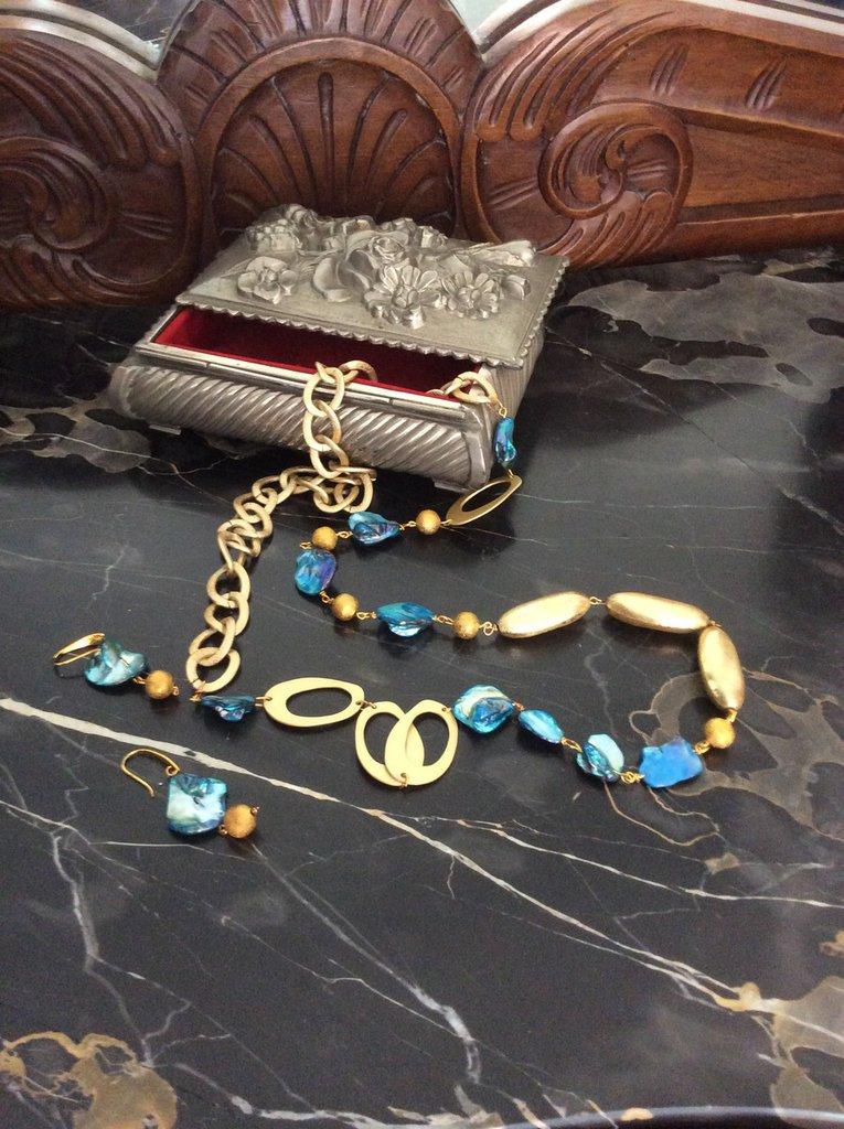 COLLANA CON ORECCHINI in madre perla azzurra
