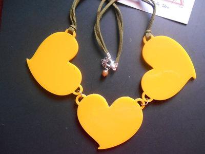 collana con ciondoli cuore in plexiglass color giallo