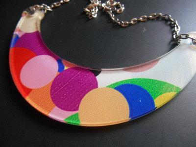collana ciondolo in plexiglass colorato stile vintage