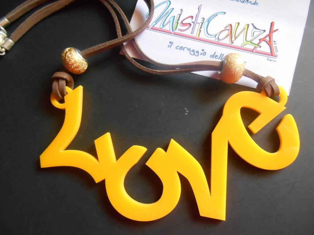 collana LOVE ciondolo centrale in plexiglass giallo