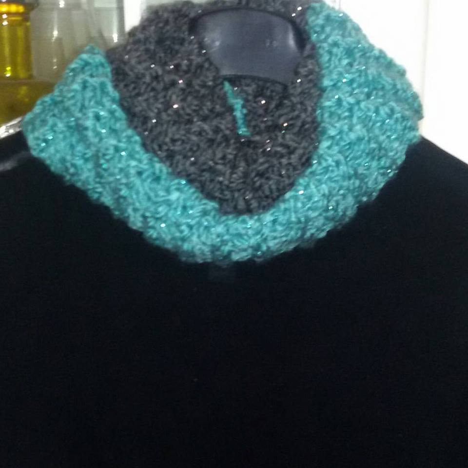 Sciarpa- scaldacollo ad anello doppio giro intorno al collo verde-grigio con lamè