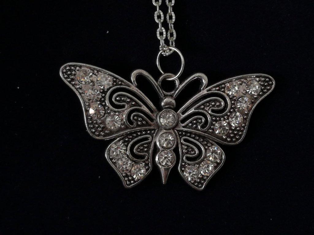 Ciondolo argento antico farfalla nichel free..in omaggio ciondolo con iniziale del nome o segno zodiacale