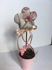 Vaso con fiore di pesco profumato, vasetto di latta con fiore di stoffa, fiore di tessuto