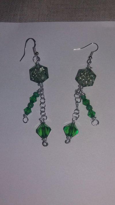 Orecchini e bracciale dai colori smeraldo.