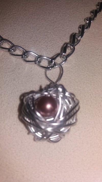 Collana e orecchini intrecciati con l'alluminio