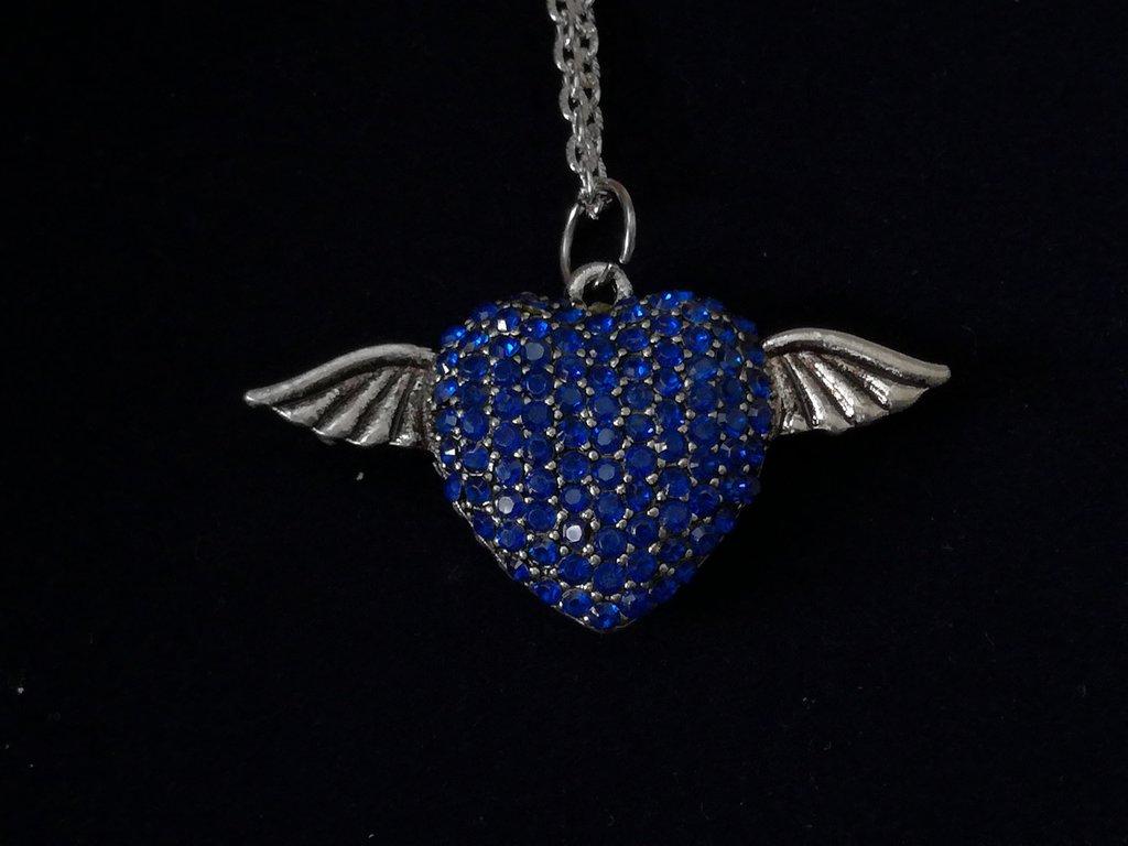 Ciondolo color argento cuore con strass blu nichel free..in omaggio ciondolo con segno zodiacale o iniziale nome