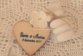 Cuore in legno con magnete,personalizzato con nomi degli sposi e data della cerimonia.
