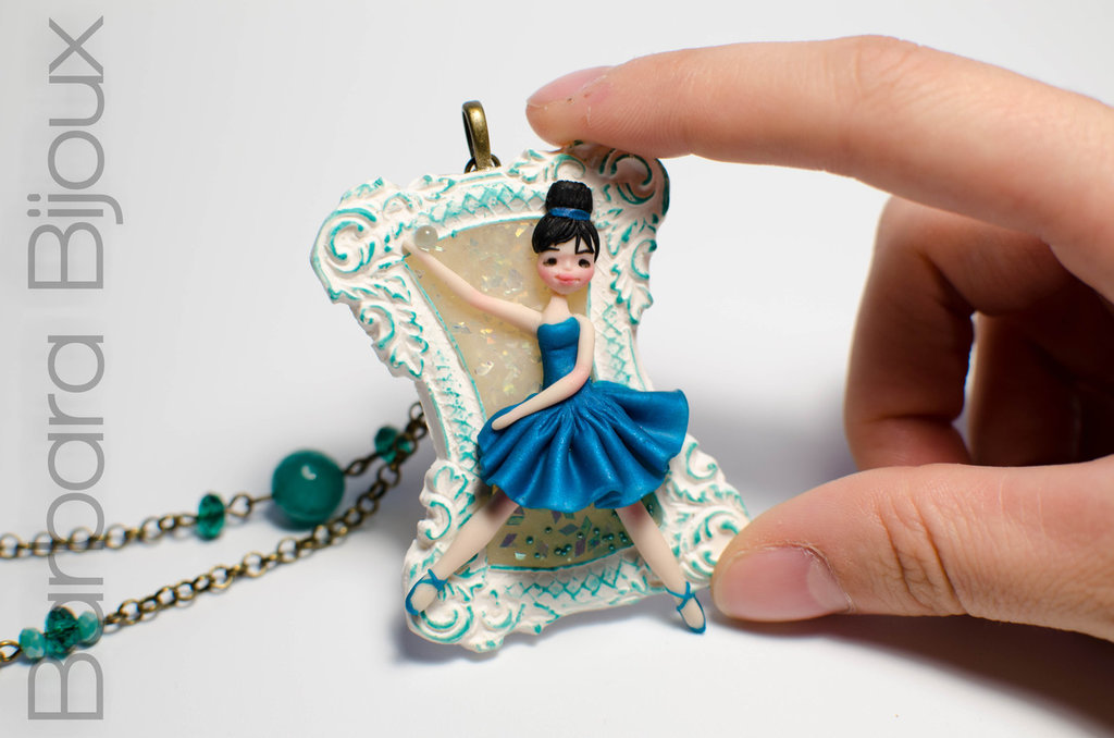 """Collana lunga """"le piccole ballerine"""" ballerina petrolio su cammeo in pasta polimerica."""