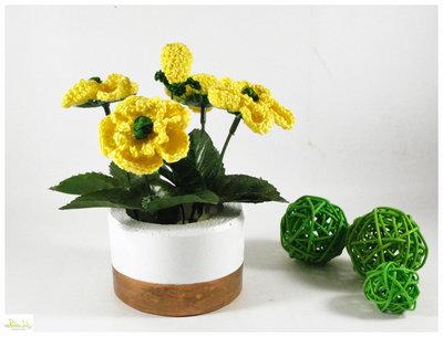 Vaso tondo in cemento con ranuncoli gialli ad uncinetto