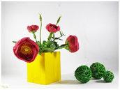 Vaso di legno giallo con fiori di peonia ad uncinetto