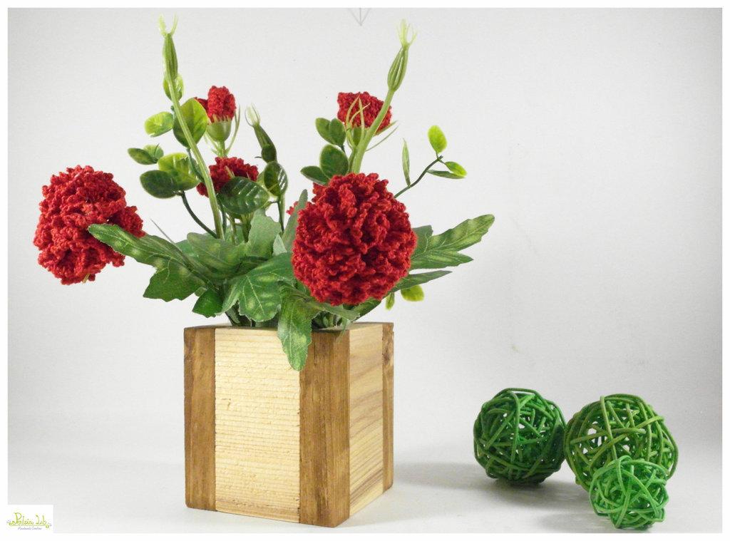 Vaso di Legno naturale con garofani ad uncinetto