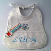 """Bavaglino di cotone bianco e celeste con nome """"LUCA"""""""