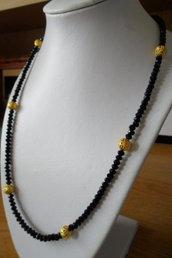 Collana nera con perle dorate