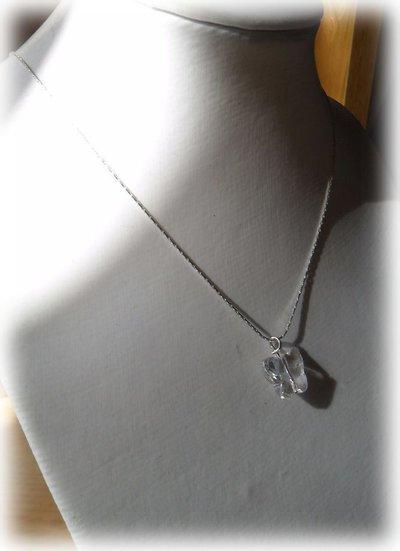 Collana con catena cobra e ciondolo a farfallina trasparente
